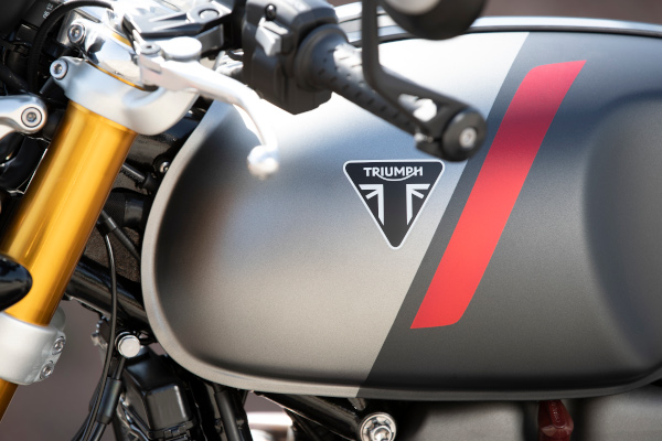 Thruxton-RS-Triumph-triangle-badge